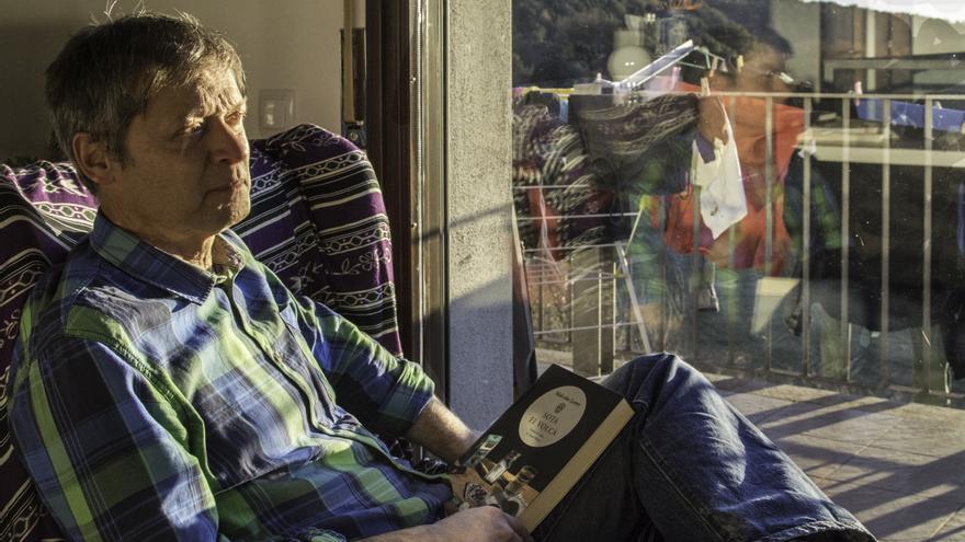 El traductor Xavier Pàmies, en su domicilio de L'Esquirol