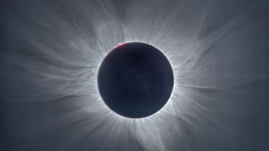 """Imagen del Sol tomada desde Palu, Indonesia, el 9 de marzo de 2016. La corona es simétrica debido a que el Sol estaba en un periodo de gran actividad. También pueden observarse las """"llamaradas"""" de la cromosfera. Crédito: J. C. Casado."""