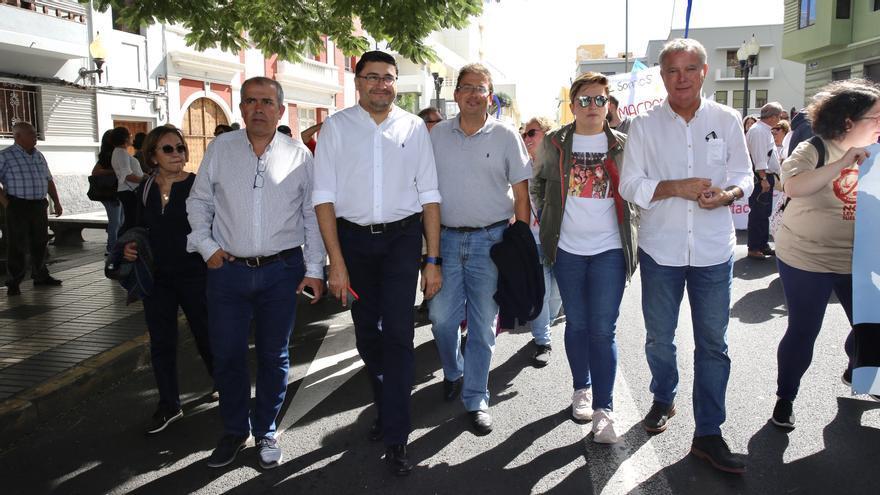 Luis Ibarra (c), junto a miembros del PSOE en la manifestación contra la ampliación del muelle de Agaete