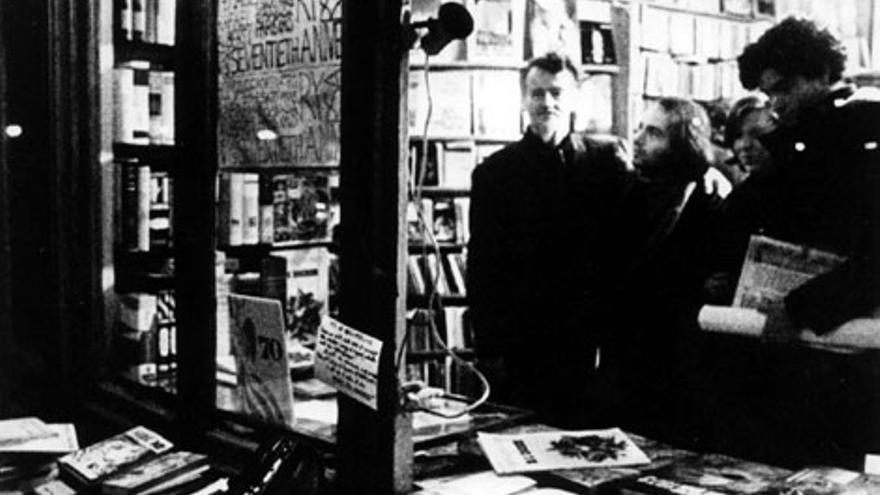 De izquierda a derecha, George Whitman, Juan de Loxa y Carlos Cano, en la librería Shakespeare & Co. | Foto cedida por Juan de Loxa