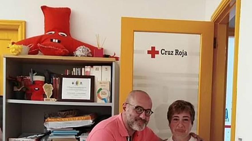 Entrega de un premio a la voluntaria que más boletos ha vendido  del Sorteo de la Cruz Roja, María Milagros Medina Rodríguez.