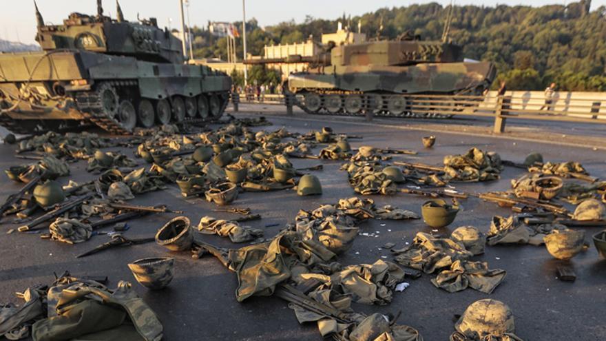 Ropas y armas de los soldados que participaron en el intento de golpe de Estado en Turquía tras rendirse. (Gokhan Tan/Getty Images).