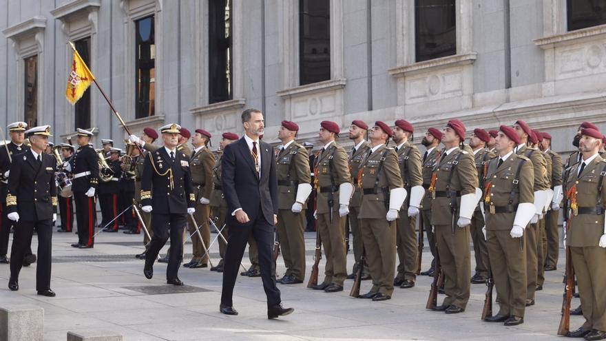 El rey saludando a las tropas frente al Congreso de los Diputados.