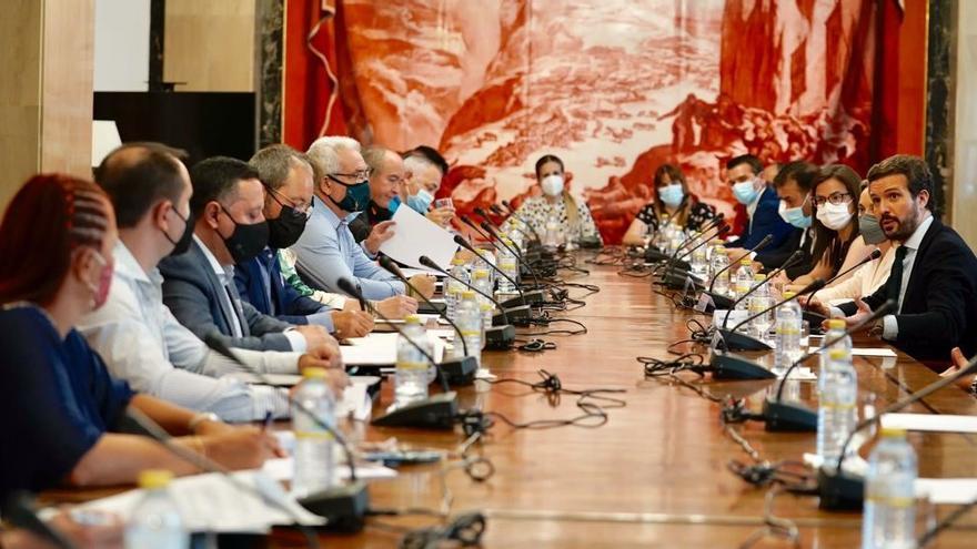 El presidente del PP, Pablo Casado, y la portavoz del Grupo Popular, Cuca Gamarra, se reúnen en el Congreso con sindicatos de Cuerpo Nacional de Policía y asociaciones de la Guardia Civil. En Madrid, a 20 de julio de 2021.