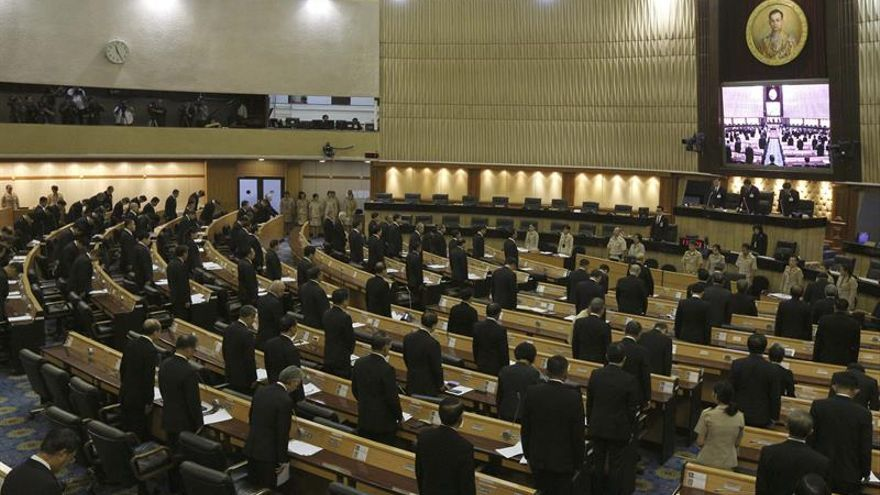 El rey de Tailandia obtiene la venia legislativa para cambiar la Constitución