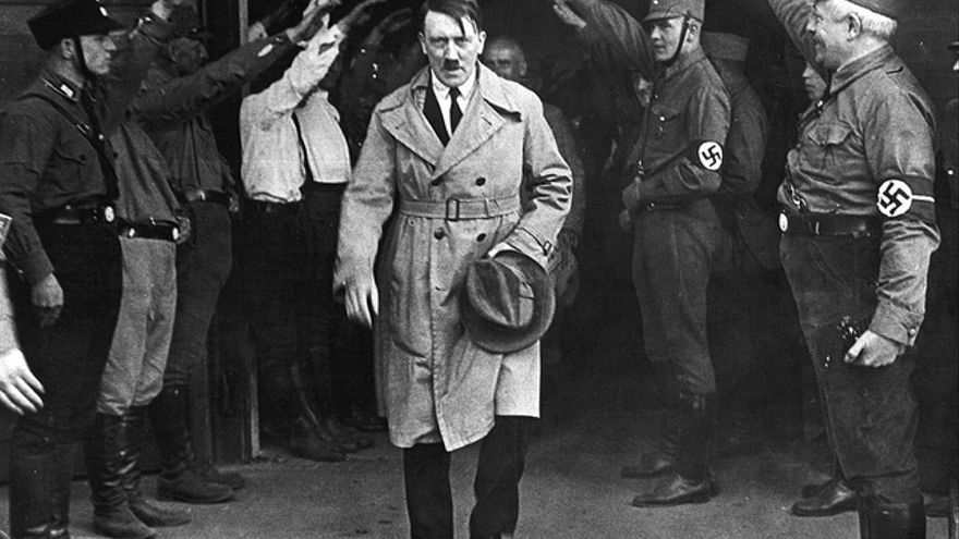 Adolf Hitler en 1931, a la salida de la sede del partido Nazi en Munich (Alemania).