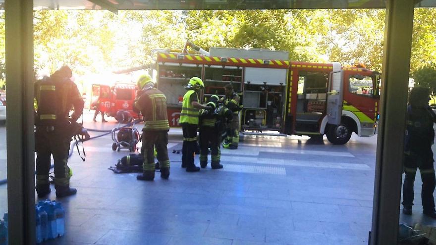 Efectivos de bomberos a las puertas de la Ciudad de la Justicia de Valencia tras extinguir el fuego