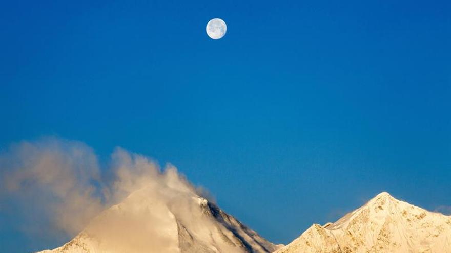 Nepal vacía un lago glaciar cercano al Everest por peligroso crecimiento