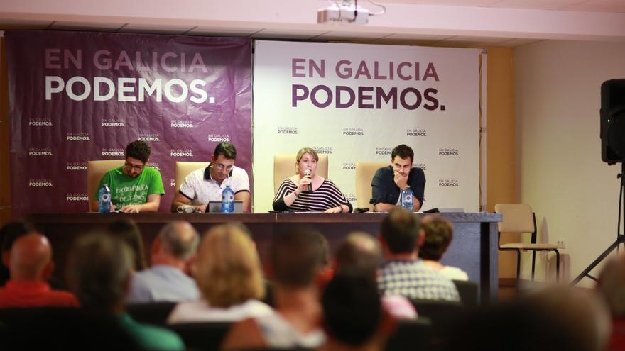 Santos, interviniendo en una asamblea de Podemos en Lugo