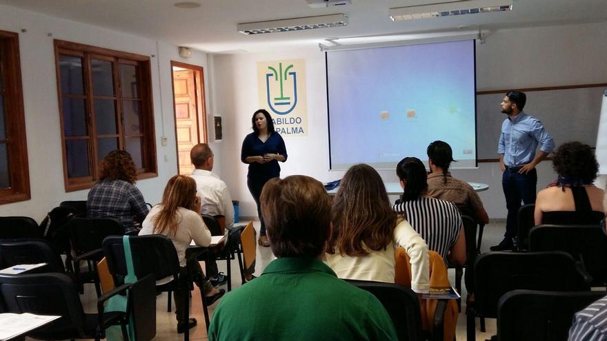 La consejera de Empleo del Cabildo de La Palma, Tatiana Rodríguez, ha inaugurado el curso Aprende a emprender que hasta el próximo 30 de junio se imparte en la Casa Rosada.