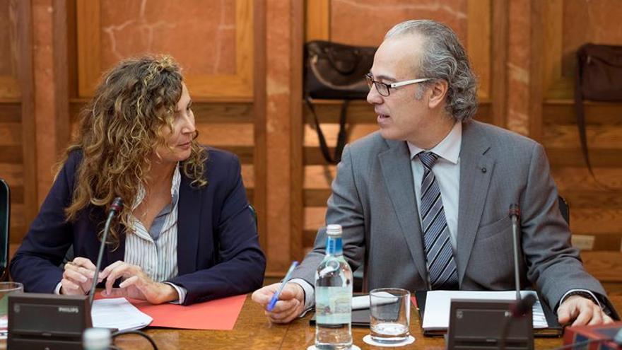 El consejero regional de Sanidad, Jesús Morera y la censejera de Transportes, Ornella Chacón, charlan momentos antes de iniciarse la reunión del Consejo de Gobierno. EFE/Ángel Medina G.