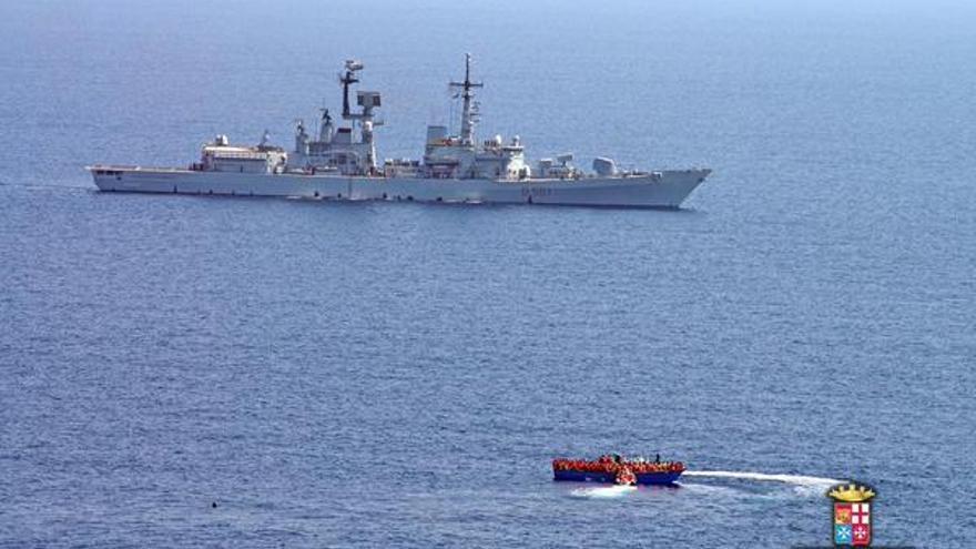 Imagen de la Marina Militar italiana de una de las operaciones de rescate en el Mediterráneo este 10 de agosto.
