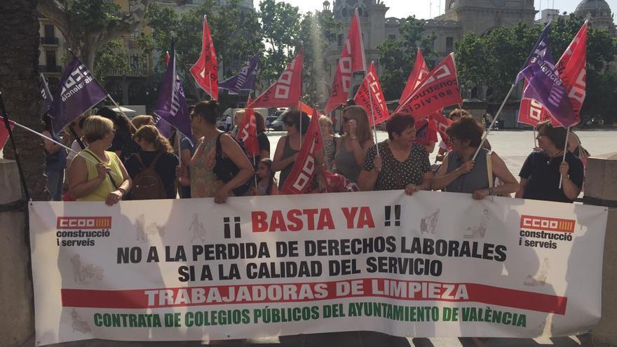 Protesta de los trabajadores y trabajadoras de limpieza de los colegios municipales de València