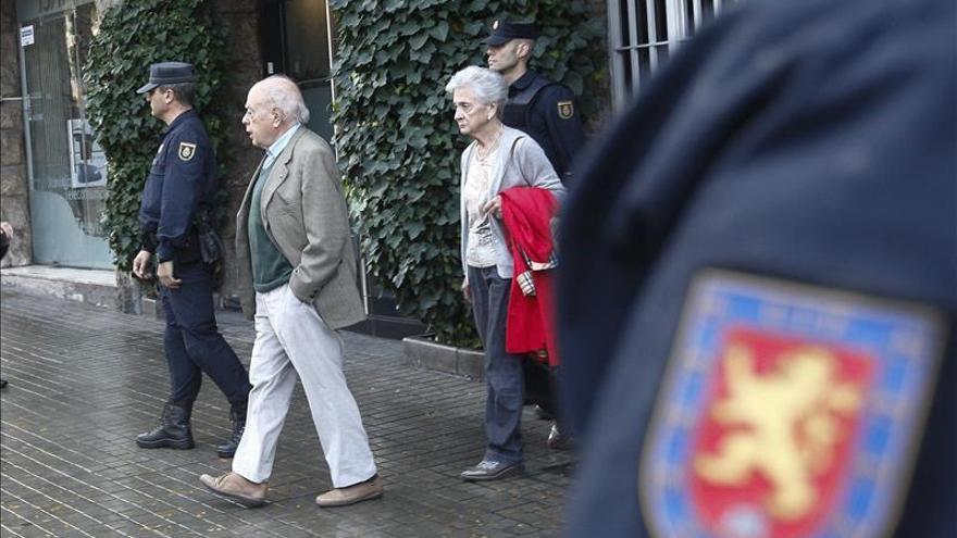 El expresidente Pujol y su esposa abandonan su domicilio durante el registro