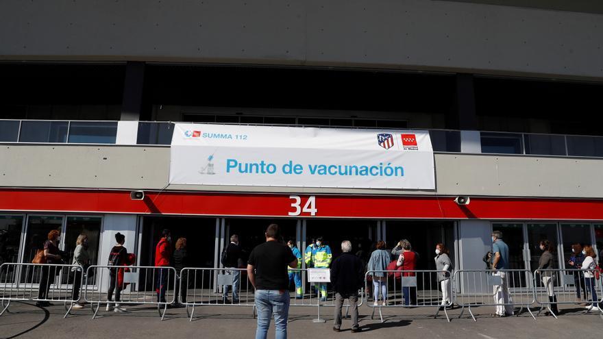 Varios ciudadanos hacen cola ante el estadio Wanda Metropolitano para vacunarse contra la COVID-19. EFE/J.J. Guillén/Archivo
