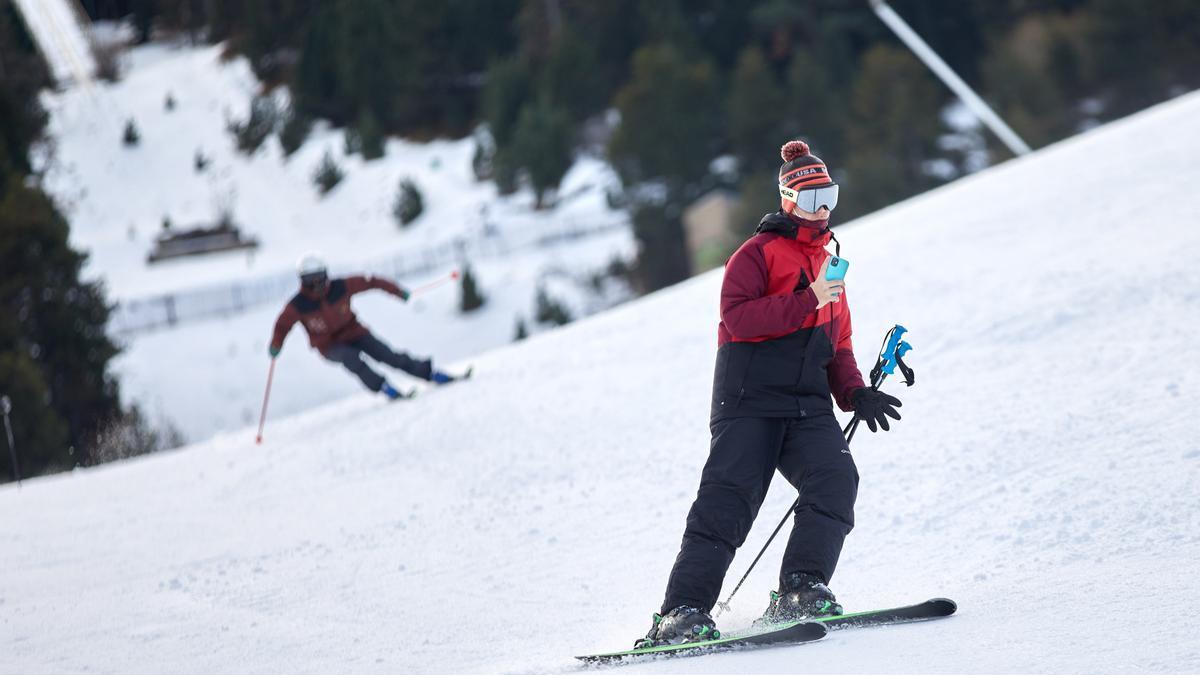 Un esquiador aficionado en La Molina, estación que sería una de las sedes de los juegos