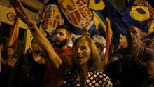 Varios de los convocados han realizado el saludo fascista y han exhibido símbolos falangistas frente a la sede del PSOE.