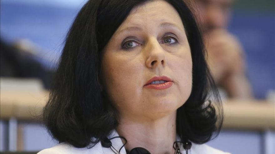 La comisaria Jourova revela en la Eurocámara que fue víctima de violencia machista