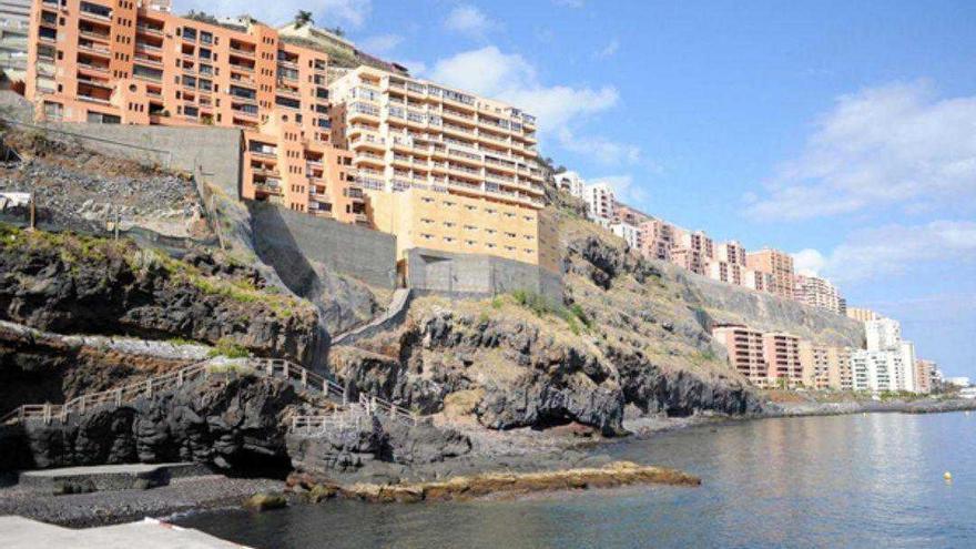En primer plano, los edificios Marlisa I y II en la costa de Tabaiba (Tenerife).