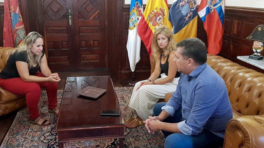 Susana Machín, consejera de Artesana del Cabildo de La Palma; Virginia Espinosa, concejala de Desarrollo Económico; y Juanjo Cabrera, alcalde de Santa Cruz de La Palma.