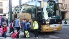 Un grupo de alumnos sube al autobús escolar.   ARCHIVO