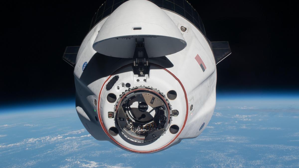 Fotografía fechada el 24 de abril de 2021 cedida por la NASA donde se muestra la cápsula tripulada Endeavour de SpaceX mientras se acercaba a la Estación Espacial Internacional (EEI).