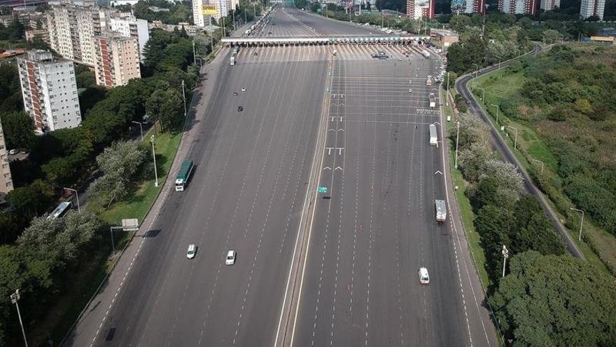 Vista aérea este lunes, de una autopista de ingreso a Buenos Aires (Argentina).