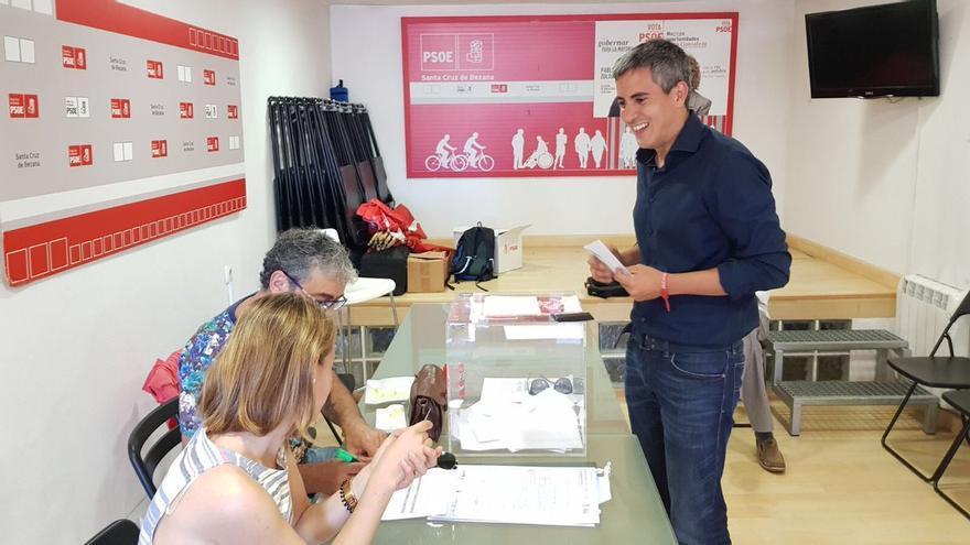 Pablo Zuloaga votando en las primarias del PSOE de Cantabria.