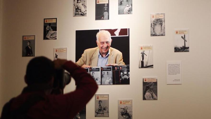 México homenajea al escritor y diplomático Sergio Pitol con una exposición