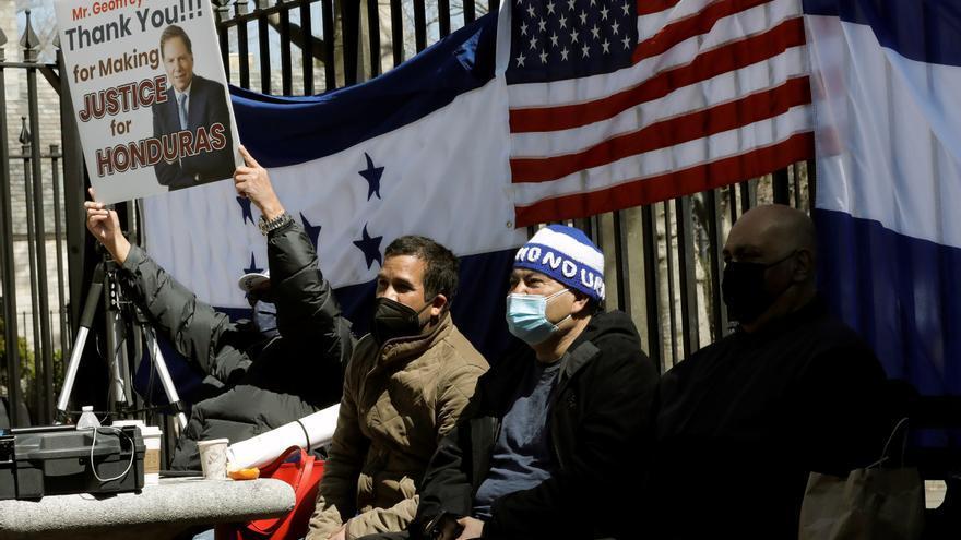 Un grupo de hondureños espera la sentencia en EE.UU. contra el hermano del presidente
