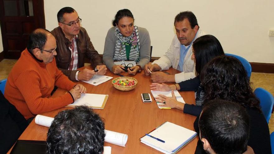En la imagen, reunión mantenida por la alcaldesa y primer teniente de alcalde de Los Llanos con los técnicos del Consejo Inular de Aguas.