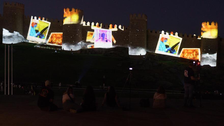 Ávila homenajea a héroes de la pandemia con emotivo espectáculo en la muralla