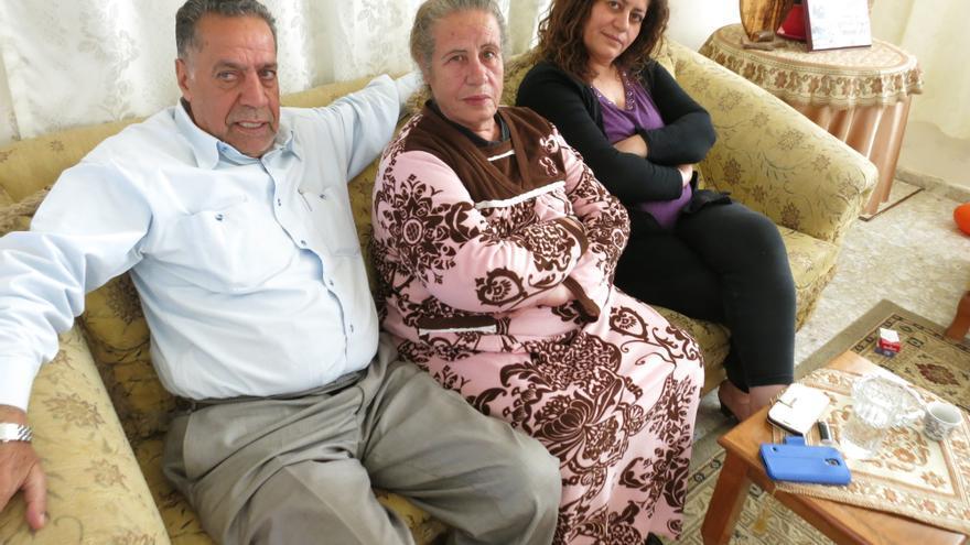 Aida Abbas, junto a Abdala, su padre, y Siria, su madre. / Ana Garralda.