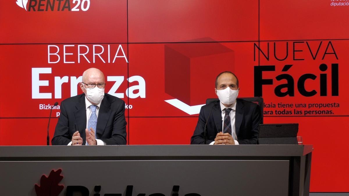 El diputado de Hacienda de Bizkaia, José María Iruarrizaga, en rueda de prensa, junto al director de Hacienda, Iñaki Alonso.