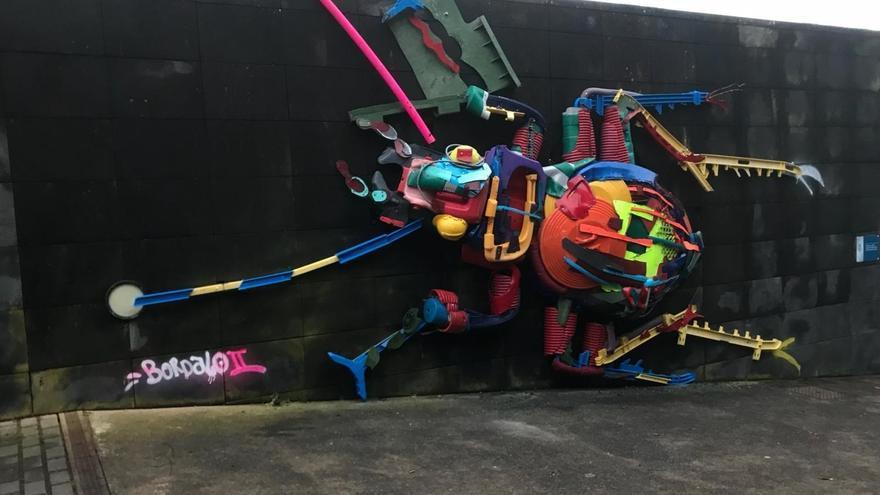 El escarabajo creado por el portugués Bordalo II que ya está en Cruz del Carmen, en La Laguna