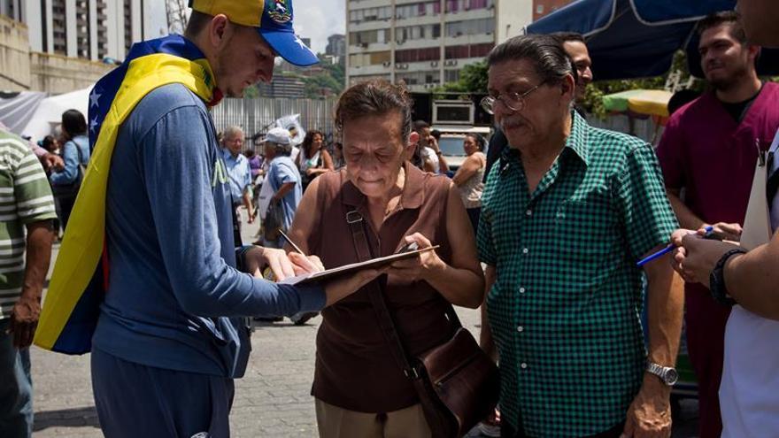 La oposición denuncia ardides para anular las firmas de solicitud del referendo
