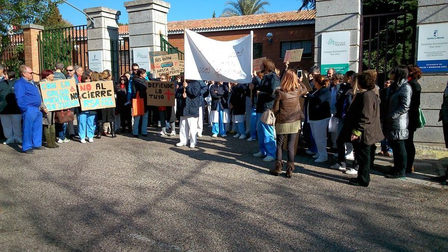 Familiares concentrados contra el cierre del Centro especializado.