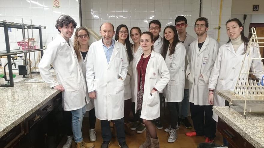 Alfredo Pérez Rubalcaba con sus alumnos de Químicas