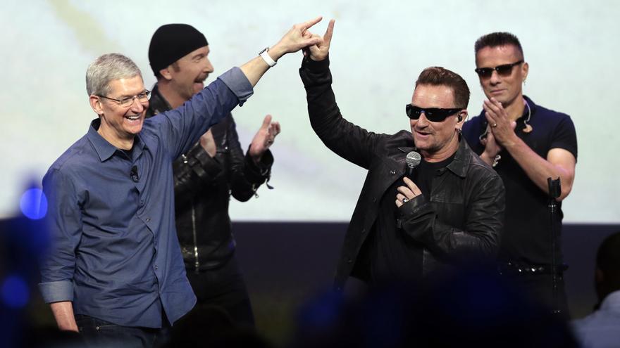 Tim Cook junto a la banda U2 en uno de los grandes patinazos de la empresa en Cupertino., California, en septiembre de 2014.