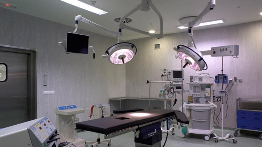 El hospital subcontrata los servicios de anestesología a un tercero.