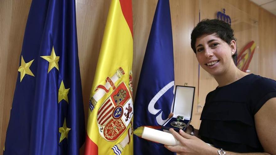 La tenista grancanaria Carla Suárez, muestra la medalla de bronce de la Real Orden al Mérito Deportivo que ha recibido de manos del presidente del Consejo Superior de Deportes (CSD), Miguel Cardenal, en un acto celebrado en la sede del CSD en Madrid. EFE/Zipi