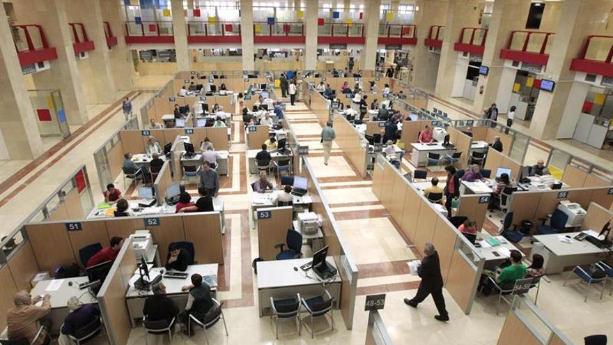 Más de la mitad de los interinos en España trabaja para la Administración