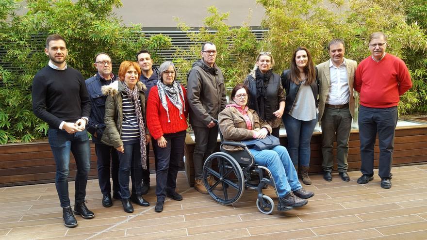 Los diputados autonómicos de Compromís Fran Ferri y Marian Campello con algunos de los afectados