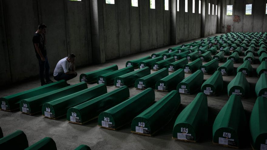 Cada año es menor el número de víctimas identificadas: en 2003 se enterraron 958 cuerpos, 332 en 2004, 577 en 2005, o 489 en 2006. El año pasado, sólo 169, y este sábado se inhumarán 136. Las labores de identificación se dificultan y es difícil encontrar las fosas comunes donde se haya el resto de cadáveres. Algunas de estas fosas fueron abiertas meses después de la masacre y algunos de los cuerpos desplazados a otras zonas, por lo que la identificación es muy complicada/ C. D.