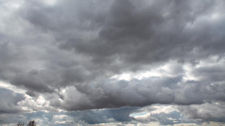 """Meteorología prevé para este lunes cielos cubiertos y lluvias """"localmente fuertes"""" en Andalucía occidental"""