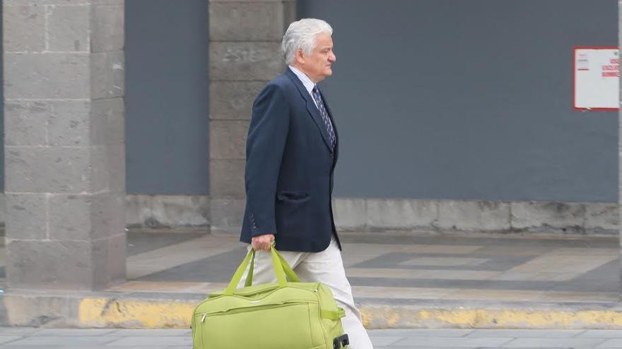 José Manuel Antón Marín, a su salida del Palacio de Justicia. (ACOIDÁN DÍAZ)