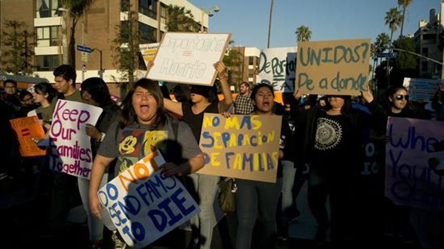 Activistas e inmigrantes centroamericanos reciben a Obama con protesta en Los Ángeles / EFE