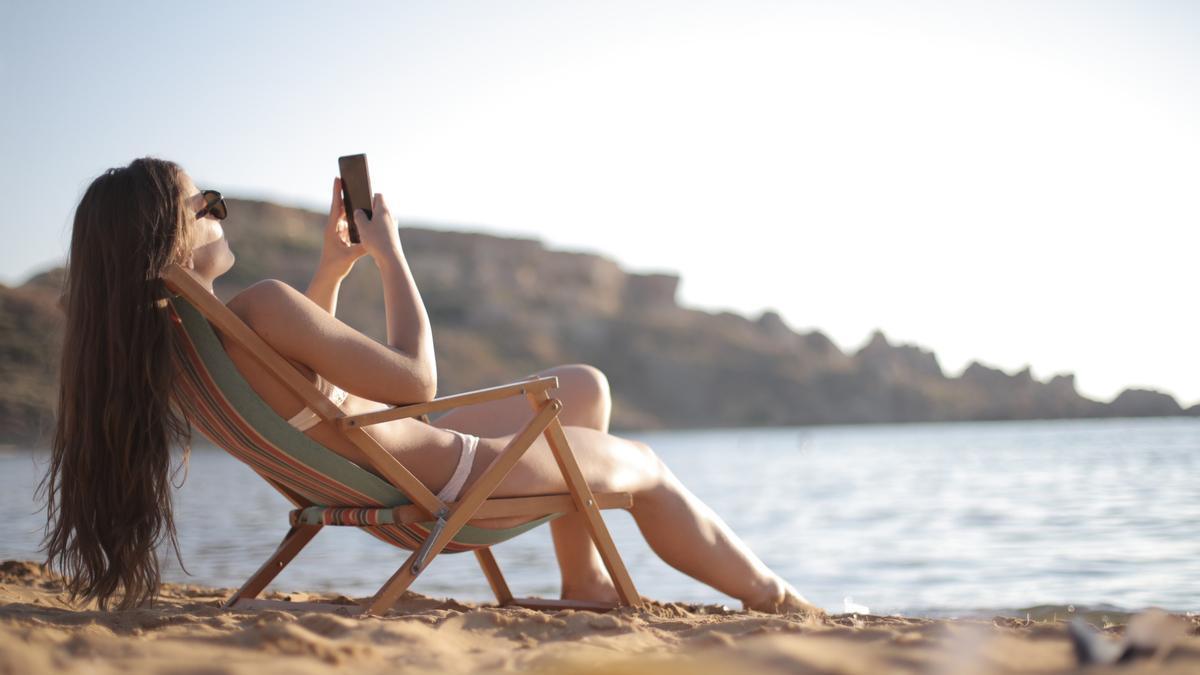 El móvil en la playa
