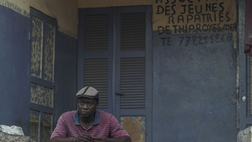 Moustapha Diouf frente a la asociación de deportados que preside