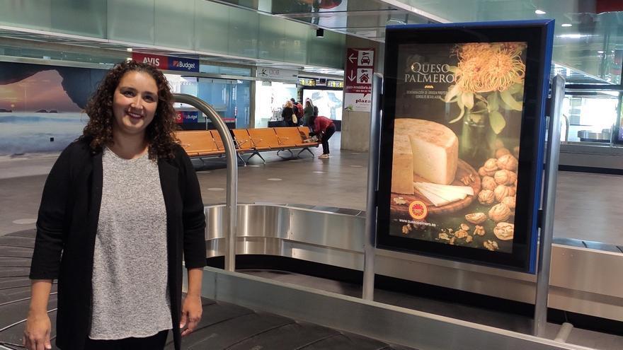 Saray Domínguez junto a la fotografía del Queso Palmero.
